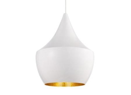 Tom Dixon Beat Light Fat Black er lavet i spundet messing og ydersiden af pendlen er hvid larkeret. Lampens form indvendigt er slået til med håndkraft som giver alle lamperne forskelligt udtryk i lysreflektionen.