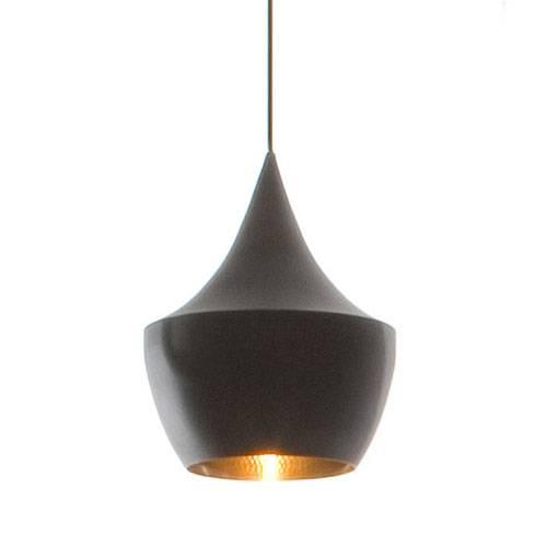 Tom Dixon Beat Light Fat Black er lavet i spundet messing og ydersiden af pendlen er sortlarkeret. Lampens form indvendigt er slået til med håndkraft som giver alle lamperne forskelligt udtryk i lysreflektionen.