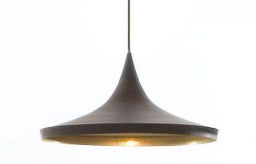 Beat Light Wide er lavet i spundet messing og ydersiden af pendlen er sortlarkeret. Lampens form indvendigt er slået til med håndkraft som giver alle lamperne forskelligt udtryk i lysreflektionen.
