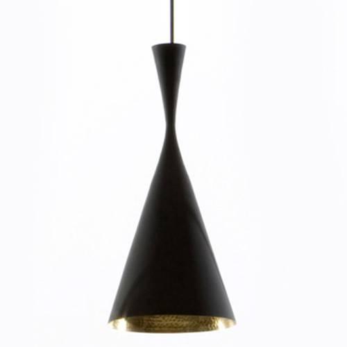 Tom Dixon Beat Light Tall Black er lavet i spundet messing og ydersiden af pendlen er sortlarkeret. Lampens form indvendigt er slået til med håndkraft som giver alle lamperne forskelligt udtryk i lysreflektionen.