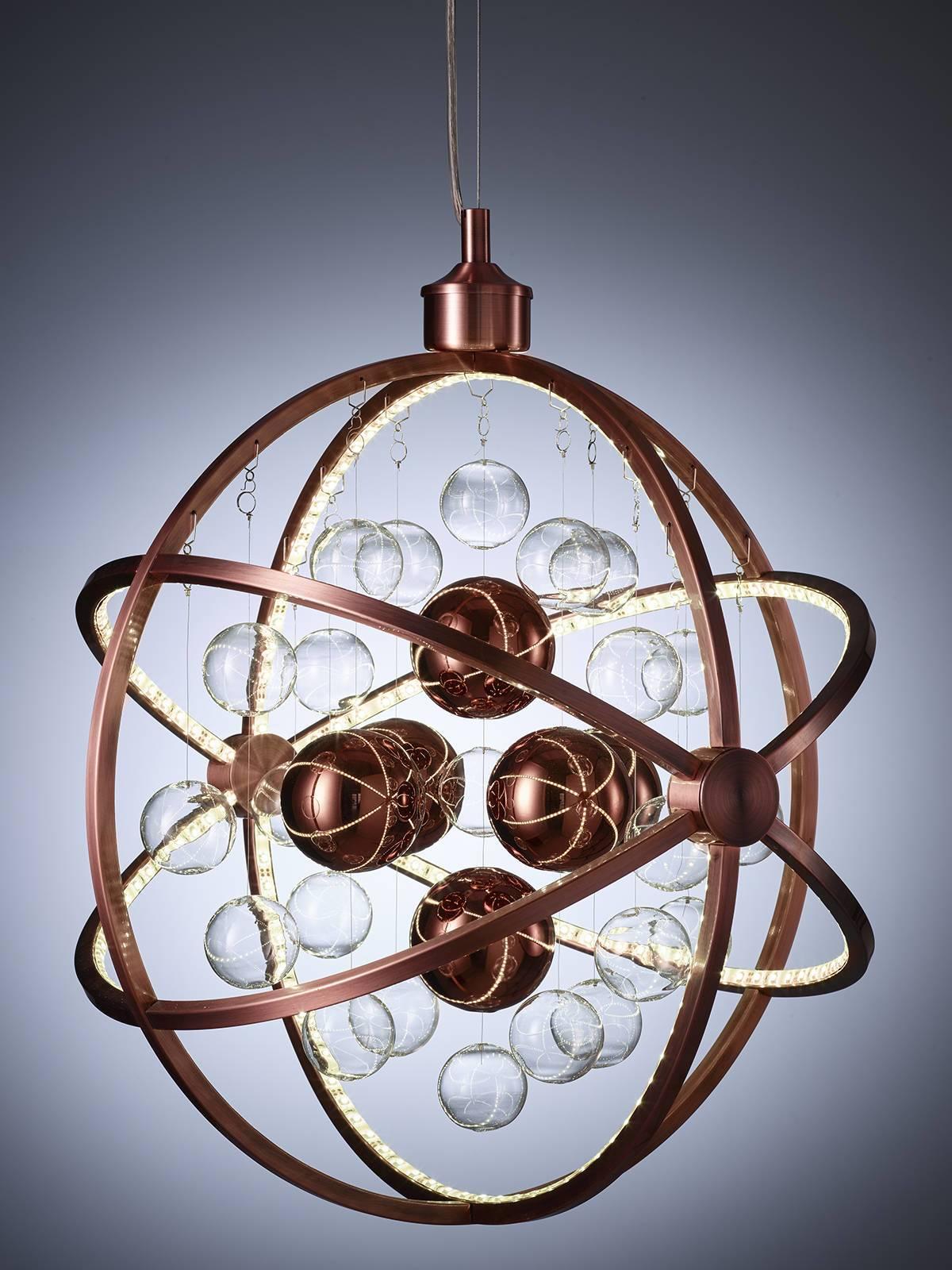 en lampe der elegant spreder og gen spiller lyset