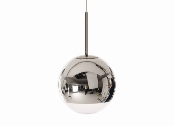Mirror Ball Pendel fra Tom Dixon er et forfriskende alternativ til de traditionelle pendler. Mirror Ball lampen er beklædt indvendigt med metalisk spejlbelægning for at give et spejl finish