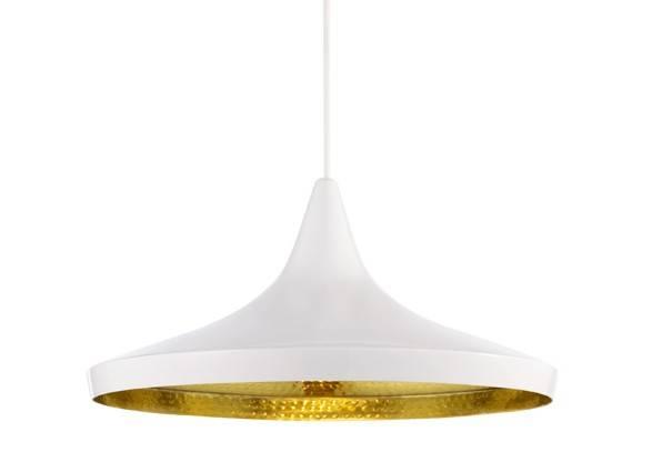 Beat Light Wide er lavet i spundet messing og ydersiden af pendlen er hvidlarkeret. Lampens form indvendigt er slået til med håndkraft som giver alle lamperne forskelligt udtryk i lysreflektionen.