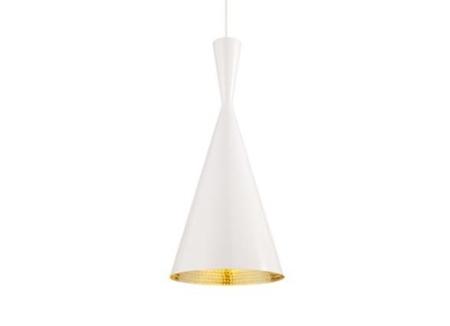 Tom Dixon Beat Light Tall Black er lavet i spundet messing og ydersiden af pendlen er hvid larkeret. Lampens form indvendigt er slået til med håndkraft som giver alle lamperne forskelligt udtryk i lysreflektionen.