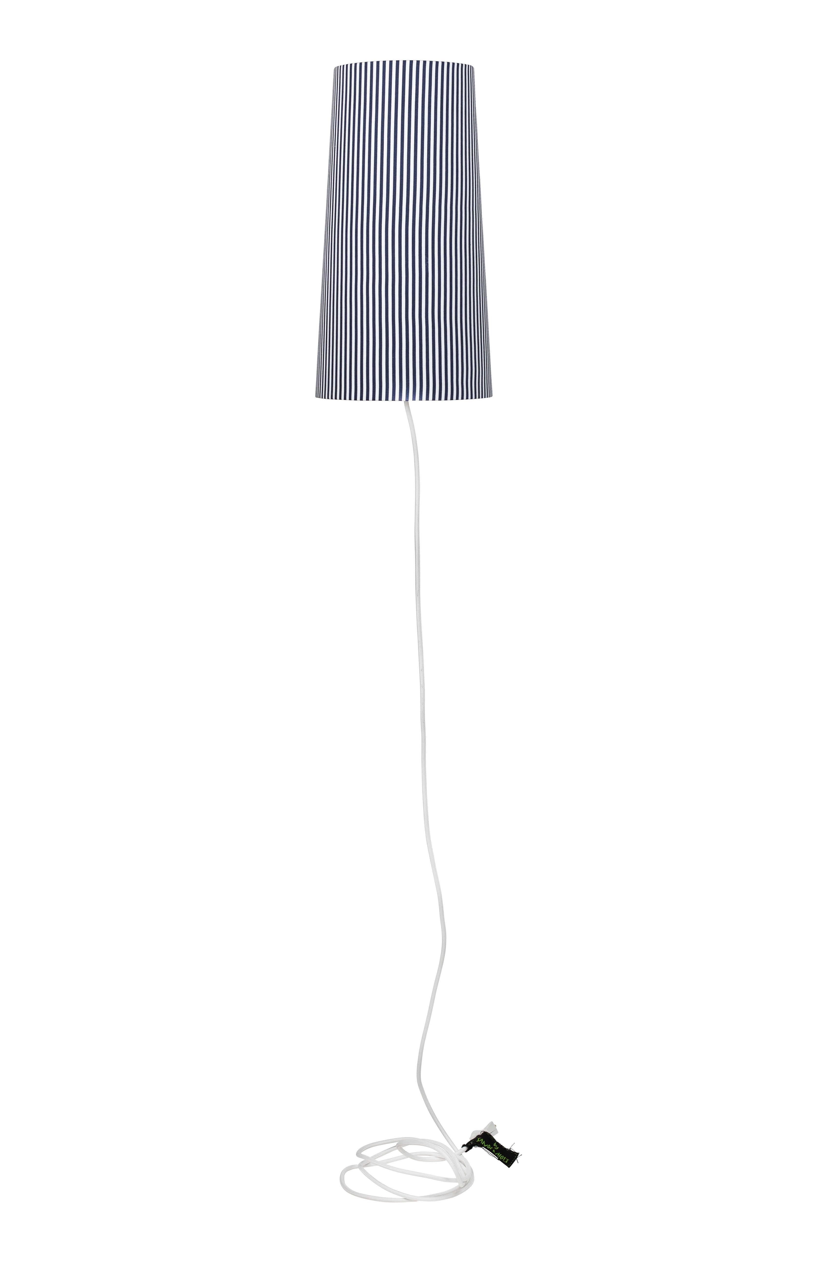 så den med de tre meter stofledning forvandles til en gulvlampe. Designet af Adam Sandenholt.