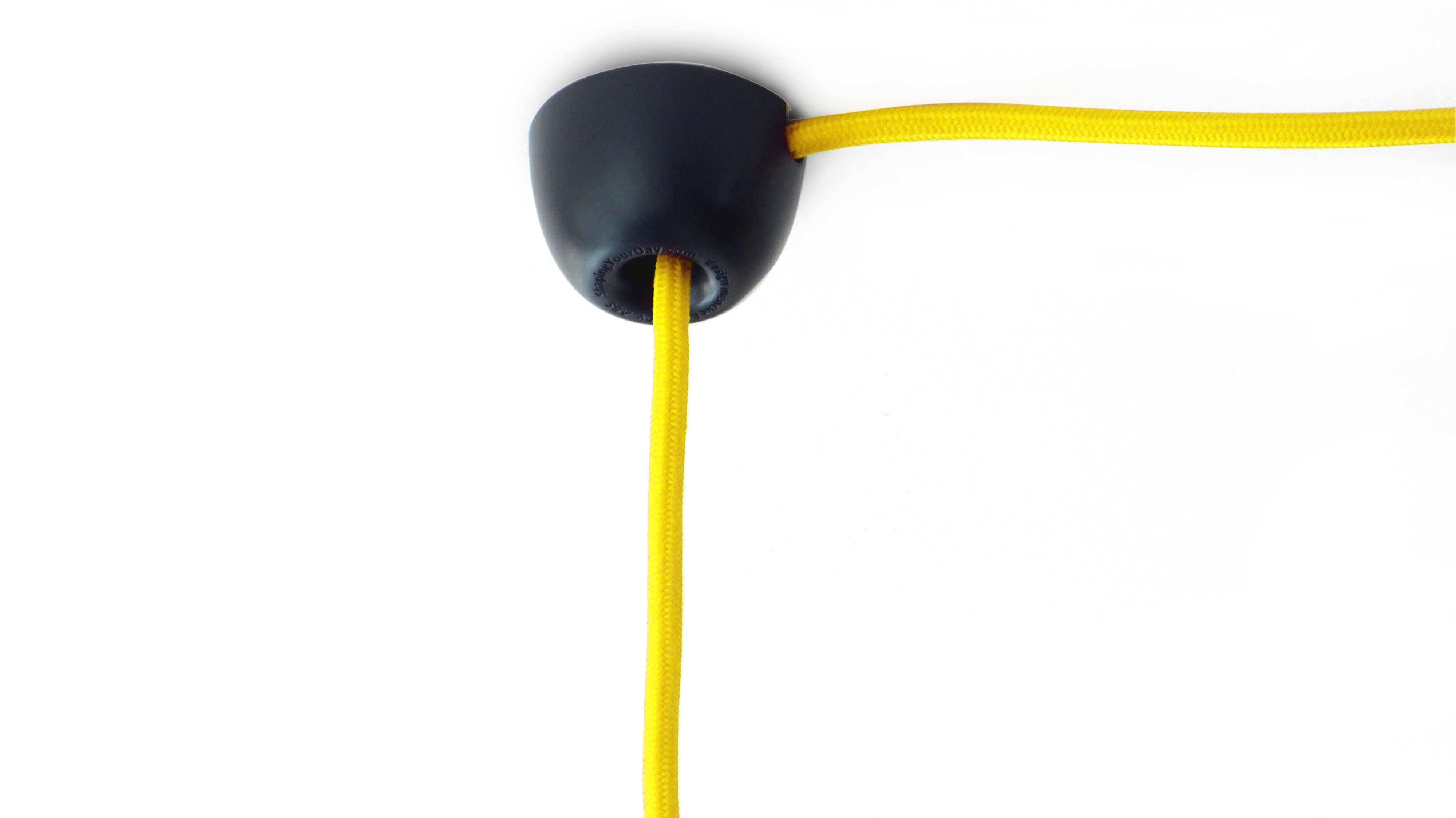 """The Corner Dot er en moderne """"svanehals"""" monteret med en skrue. Den bruges til at ændre placeringen af din loft lampe til det ønskede sted."""
