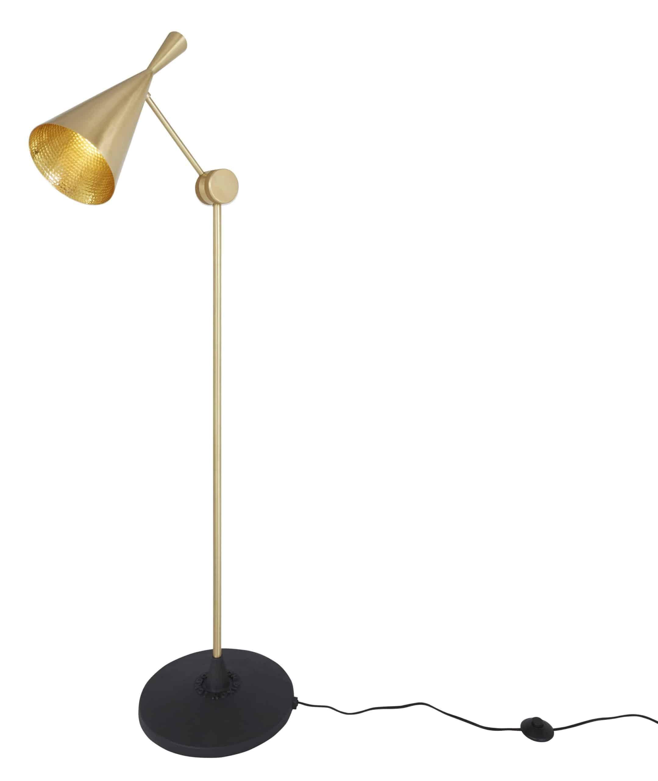 Standerlampen fra serien Beat Light fra Tom Dixon fås i sort eller børstet messing. Lampen har et harmonisk og slankt udtryk.