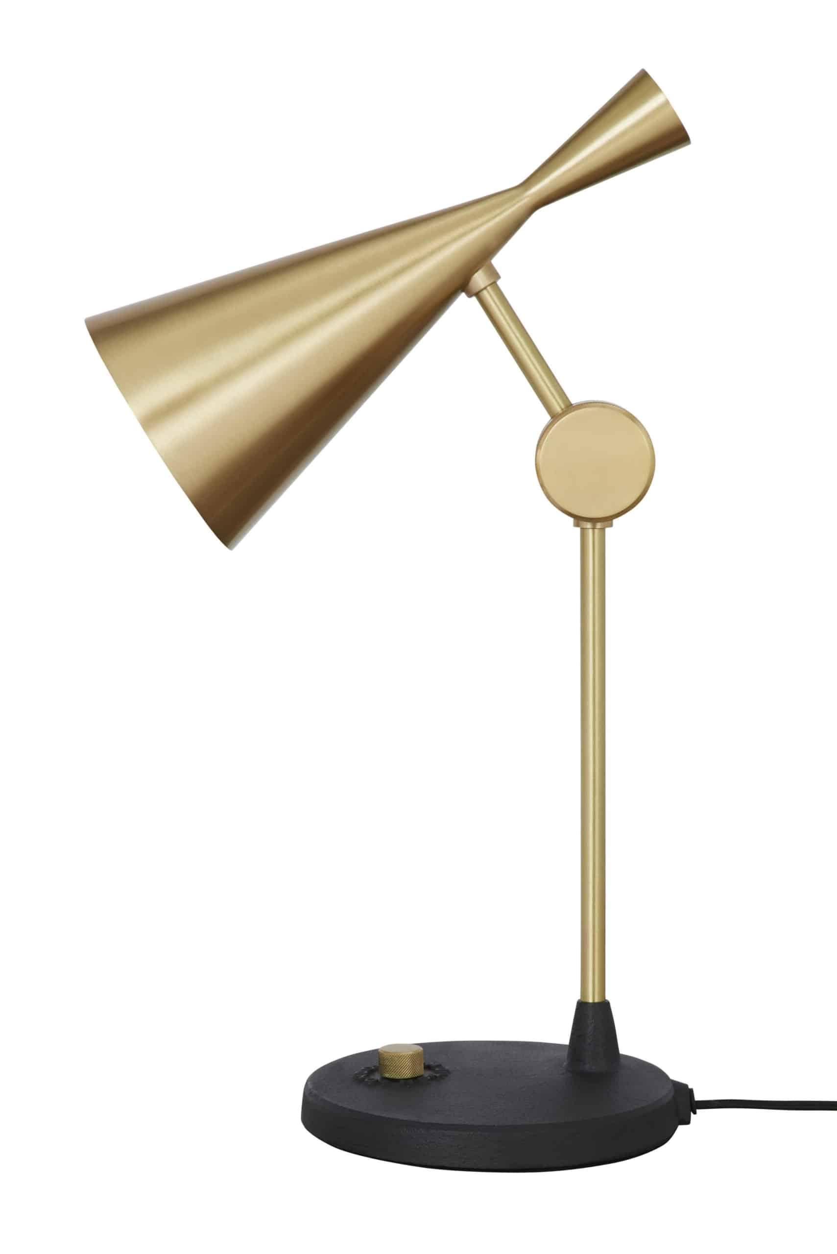 Bordlampen fra serien Beat Light fra Tom Dixon fås i sort eller børstet messing. Lampen har et harmonisk og slankt udtryk.
