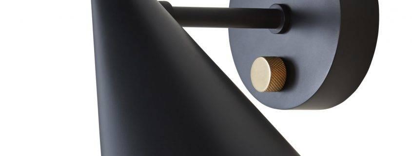 Væglampen fra serien Beat Light fra Tom Dixon er smukt håndbanket i messing med en sort overflade. Med den lille