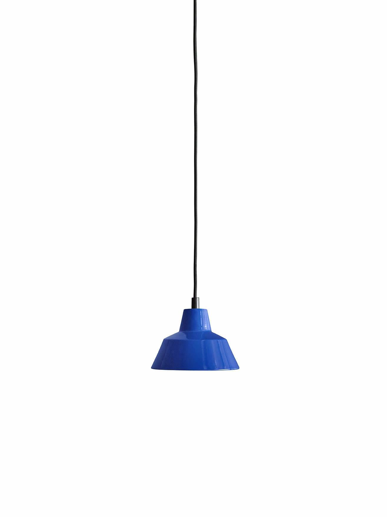 Et stykke dansk design historie fra Wedel Madsen. Med det solide og lidt industrielle look passer den særligt godt til en rå og minimalistisk indretning. Og så giver den godt lys! Flot blå farve.