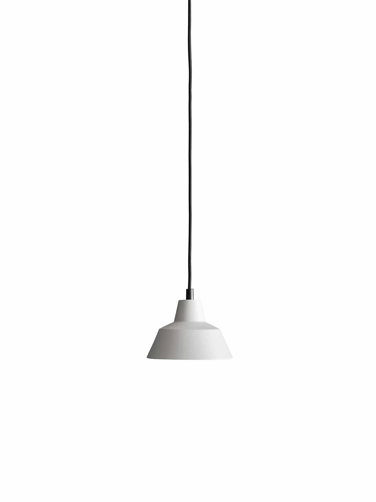 Et stykke dansk design historie fra Wedel Madsen. Med det solide og lidt industrielle look passer den særligt godt til en rå og minimalistisk indretning. Og så giver den godt lys! Flot grå farve.