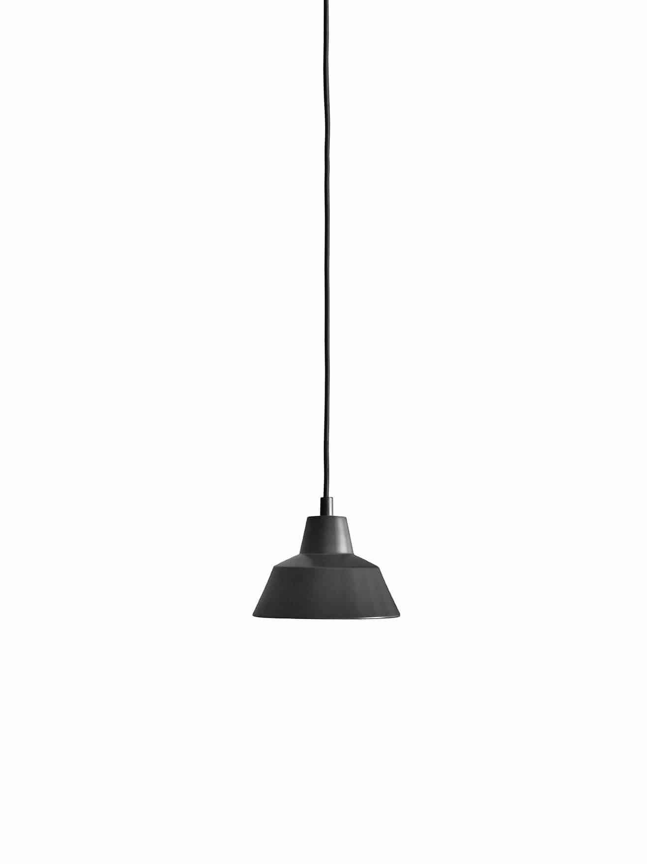 Et stykke dansk design historie fra Wedel Madsen. Med det solide og lidt industrielle look passer den særligt godt til en rå og minimalistisk indretning. Og så giver den godt lys! Flot mat sort farve.