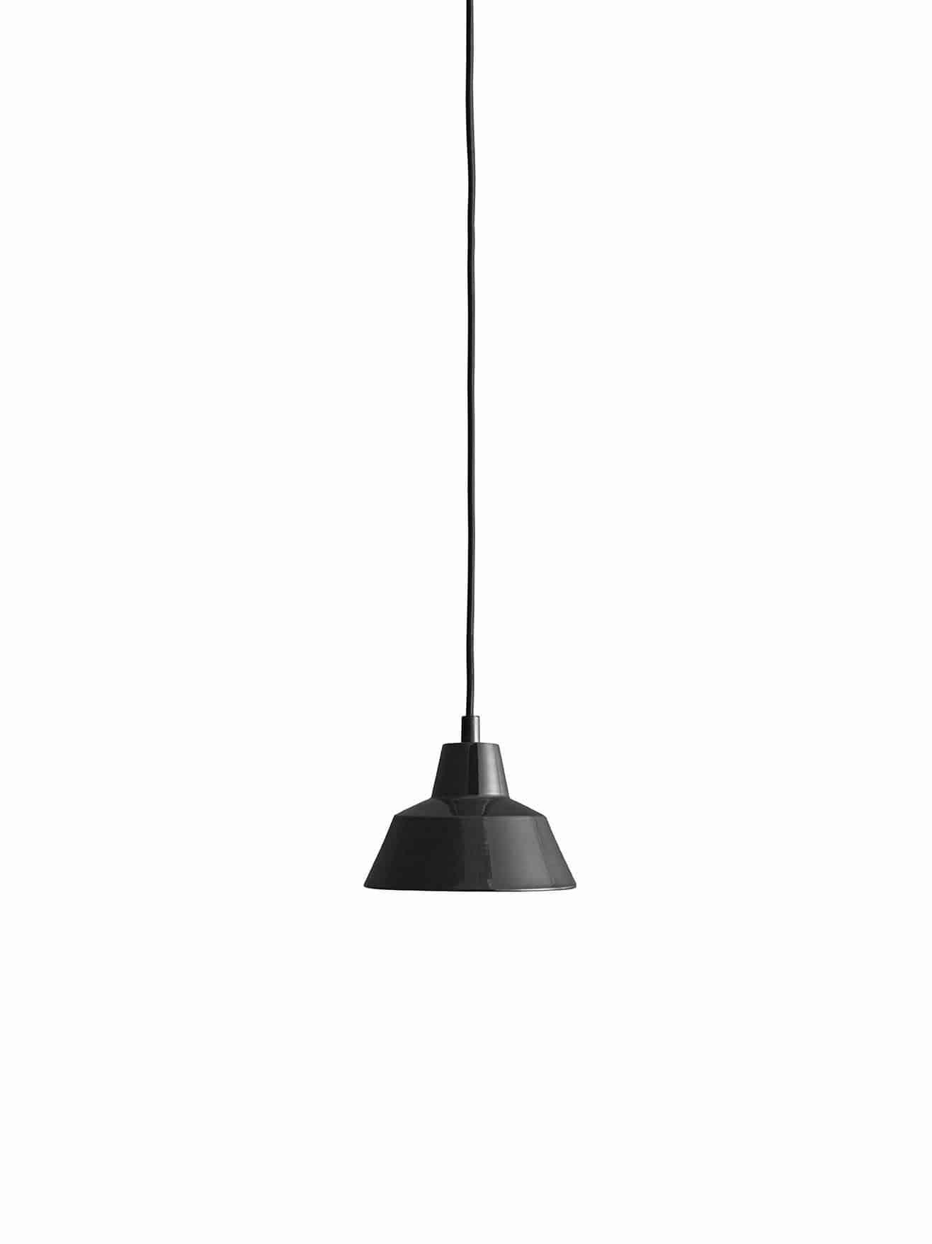 Et stykke dansk design historie fra Wedel Madsen. Med det solide og lidt industrielle look passer den særligt godt til en rå og minimalistisk indretning. Og så giver den godt lys! Flot black sort farve.