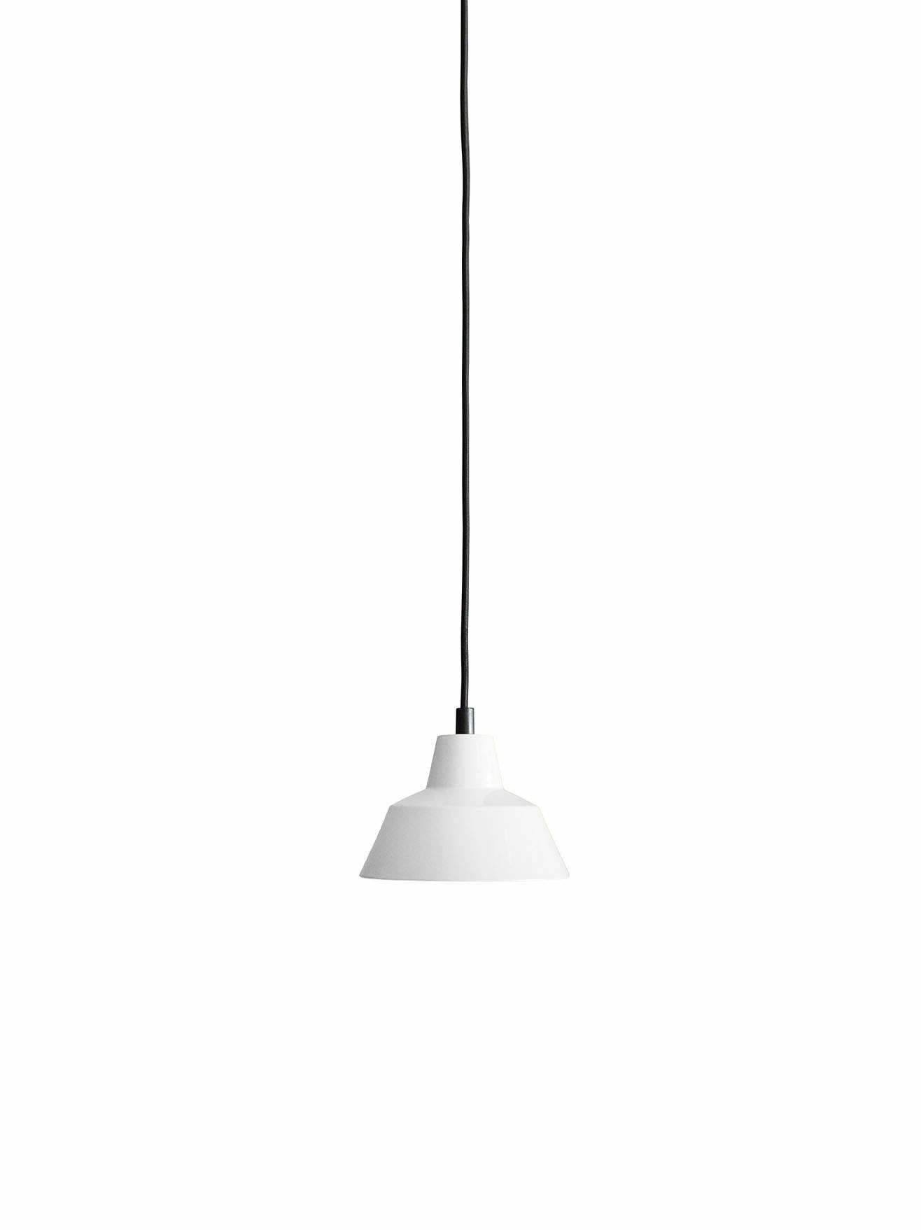 Et stykke dansk design historie fra Wedel Madsen. Med det solide og lidt industrielle look passer den særligt godt til en rå og minimalistisk indretning. Og så giver den godt lys! Flot hvid farve