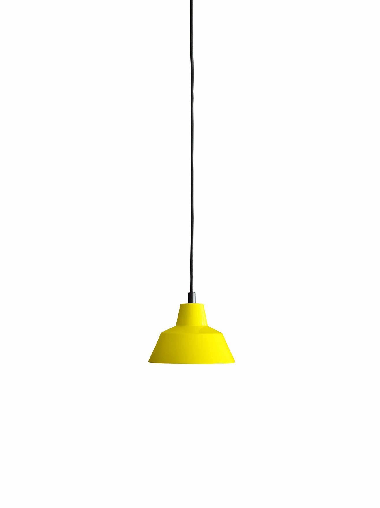 Et stykke dansk design historie fra Wedel Madsen. Med det solide og lidt industrielle look passer den særligt godt til en rå og minimalistisk indretning. Og så giver den godt lys! Flot gul farve.