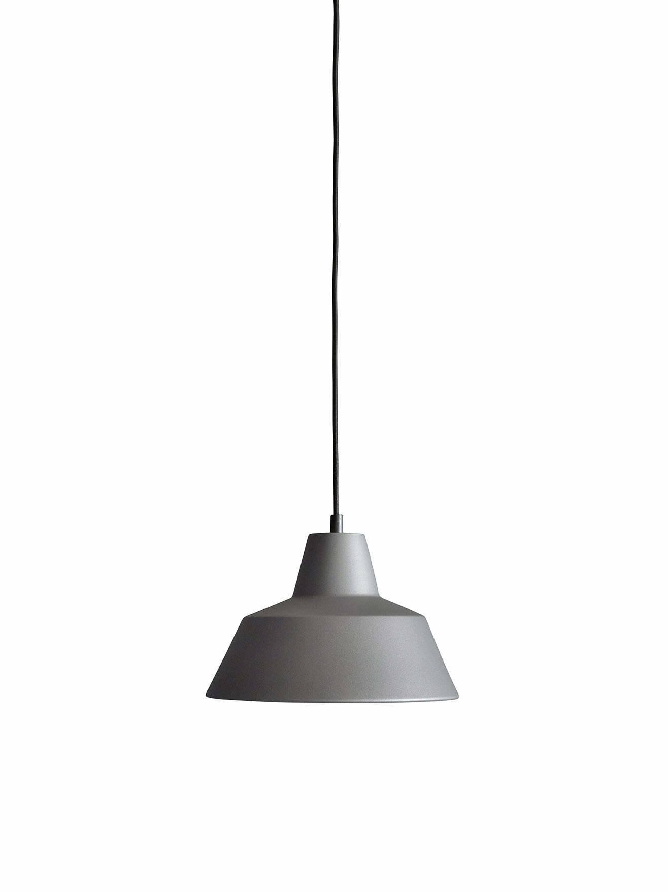 Et stykke dansk design historie fra Wedel Madsen. Med det solide og lidt industrielle look passer den særligt godt til en rå og minimalistisk indretning. Og så giver den godt lys!